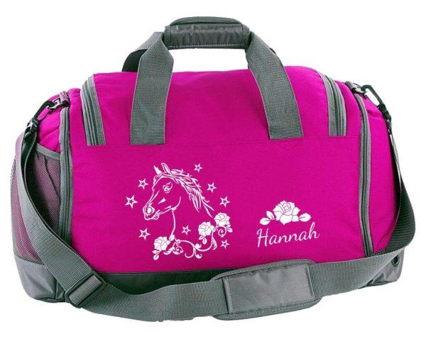 Multi-Sporttasche mit Schuhfach und Feuchtfach in Fuchsia mit Name und Pferdekopf mit Blumen