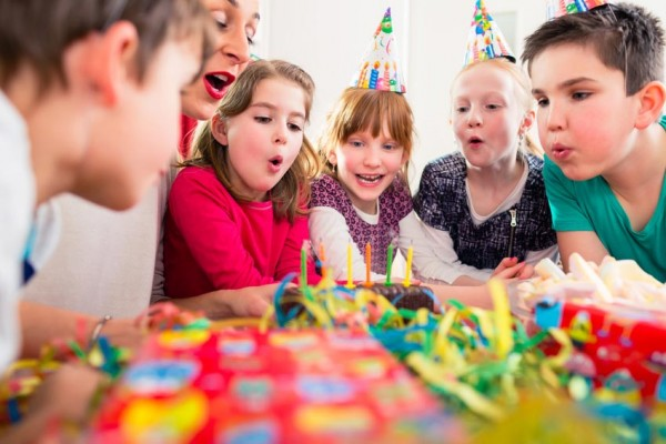 Kindergeburtstag-feier-geburtstagskind-kerzen-kuchen-mama