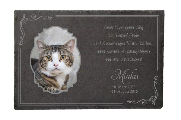 Gedenktafel fürs Tier mit Foto im Rahmen