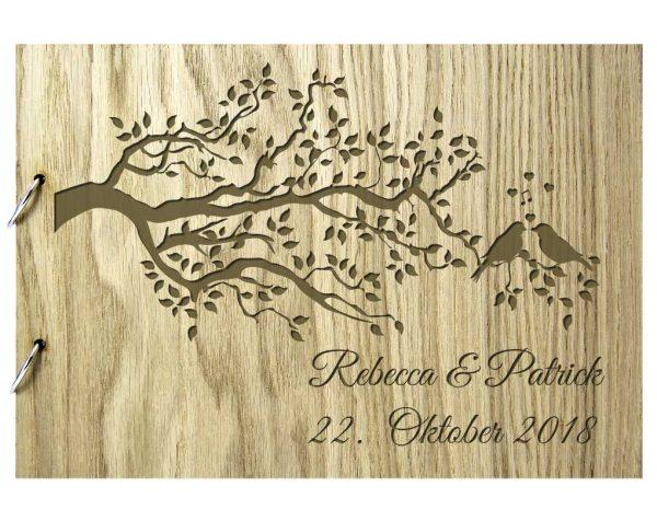 Rustikales Gästebuch aus Holz zur Hochzeit personalisiert mit Vogelzweig