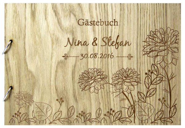 Rustikales Gästebuch aus Holz zur Hochzeit personalisiert mit Seerosen