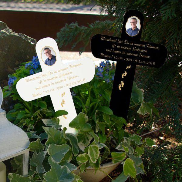 Grabkreuz mit Foto und Fußspuren